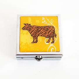 Pillendoosje geel met een  koe - D13356