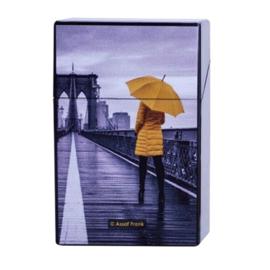 Sigarettendoosje vrouw met gele jas en paraplu - D12896
