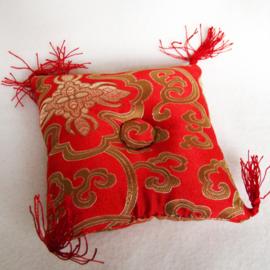 Klankschaalkussen rood met bloemmotief (12x12) - O10591