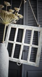 Oud raamkozijn hanger