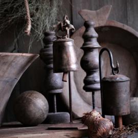Stoere ijzeren oude bel aan standaard L