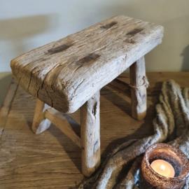Klein oud houten krukje