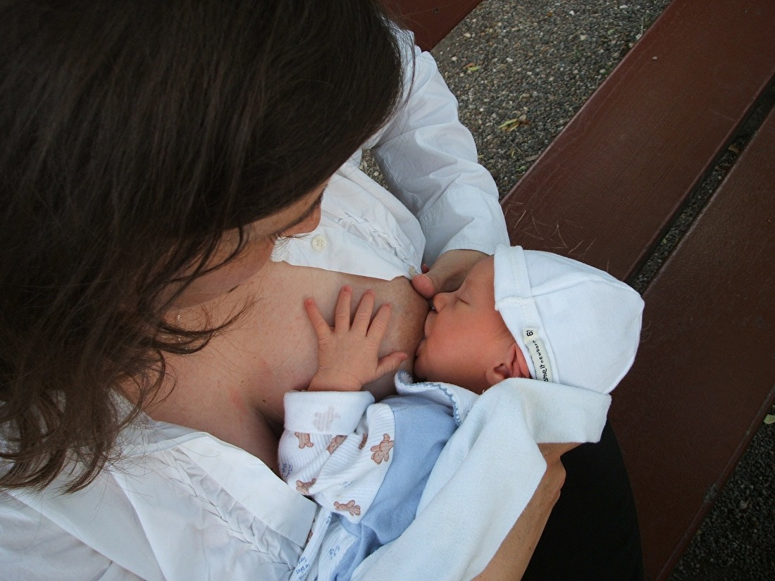 breastfeeding-2090396_1280.jpg