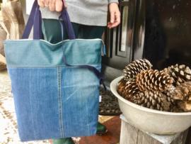 Grote tassen die op twee manieren gedragen/gebruikt kunnen worden, 42x47(33)cm.