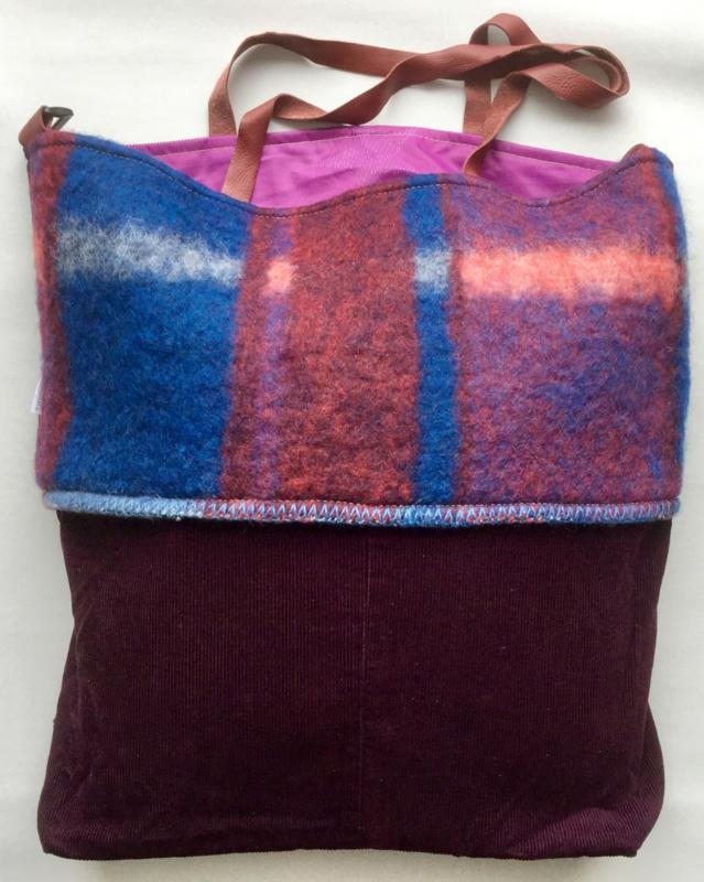 Groooote tas met speciale sluiting, 51x49 cm, ribfluweel en deken.