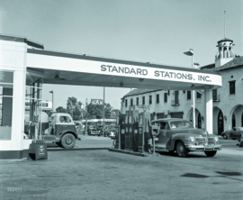 Tankstation van Standard Station Inc. in Tracy, Californië, 1942