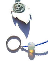 Hanger met schelpblad en Ohm-teken
