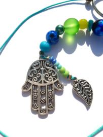 Hamsa hand gelukshanger met groene en blauwe kralen