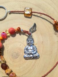 Mooie Boeddha gelukshanger met rode en oranje kralen (c)