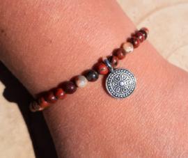 Armbandje met Rode Jaspis en mandala bedel