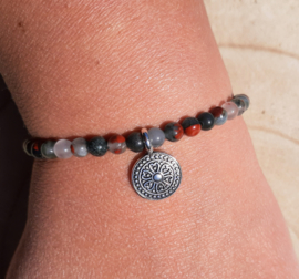 Armbandje met Heliotroop (Bloedsteen) en mandala bedel