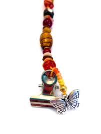 Kaartenhanger met rode en oranje kralen en een vlinder