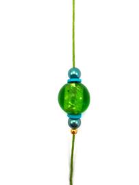 Kaartenhanger met groene en blauwe kralen en een gouden lotus