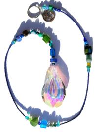 Suncatcher met groene en blauwe kralen en Aum (Ohm) teken