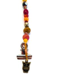 Kaartenhanger met rode en oranje kralen en een uiltje