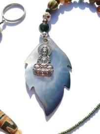 Hanger met schelpblad en Boeddha