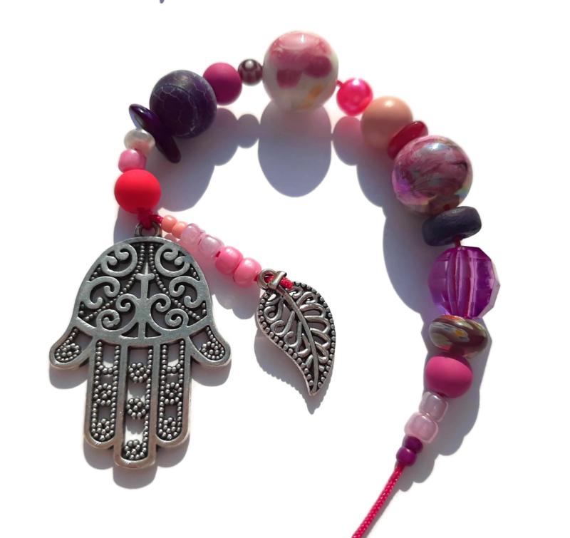 Hamsa hand gelukshanger met roze en paarse kralen
