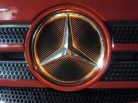 Oranje verlicht logo Mercedes Actros