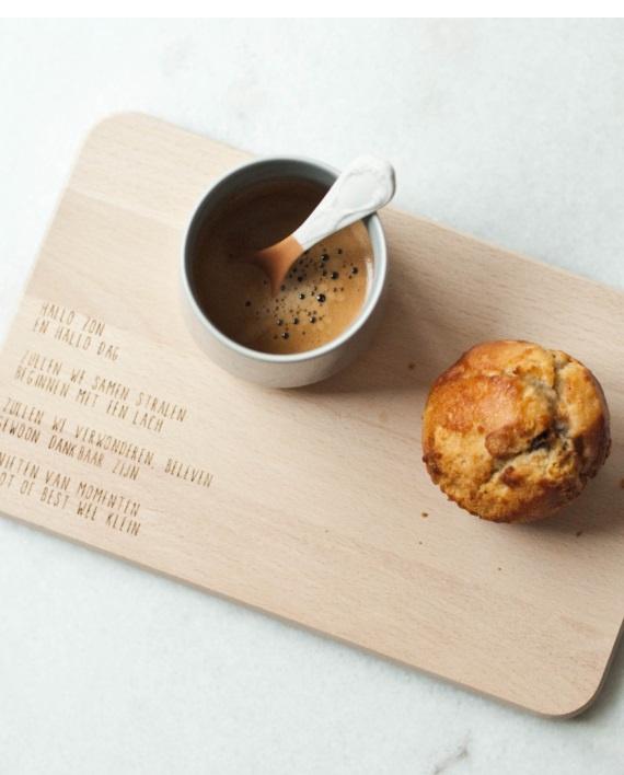 Houten ontbijtplankje met tekst – hallo zon en hallo dag