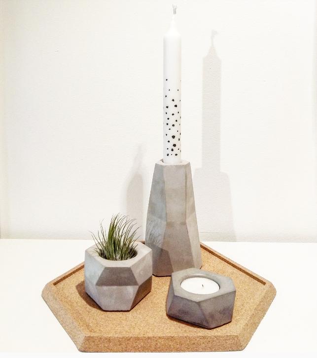 geometrische woonaccessoires van beton en kurk