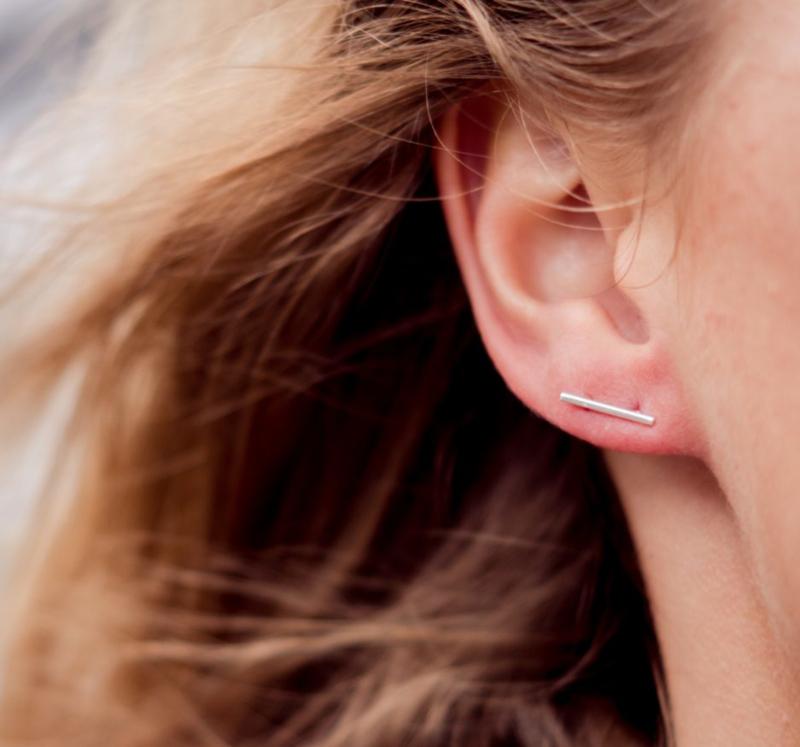 Handgemaakte minimalistische oorbellen in sterling silver en goud van Label Kiki, staaf oorbellen