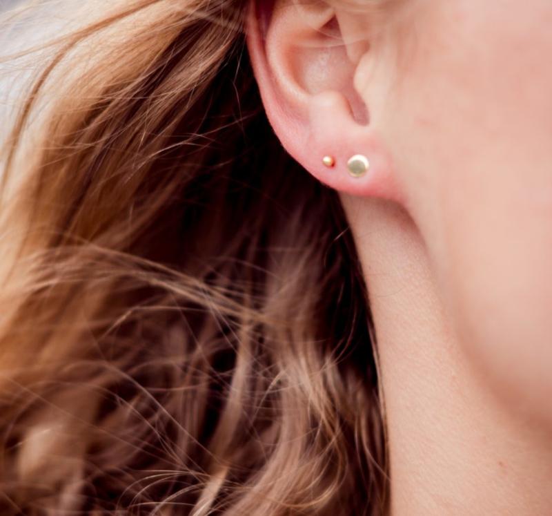 Handgemaakte oorbellen, dot. Rond in sterling silver en goud.