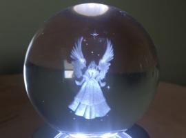 Kristallen bol met 3D engel