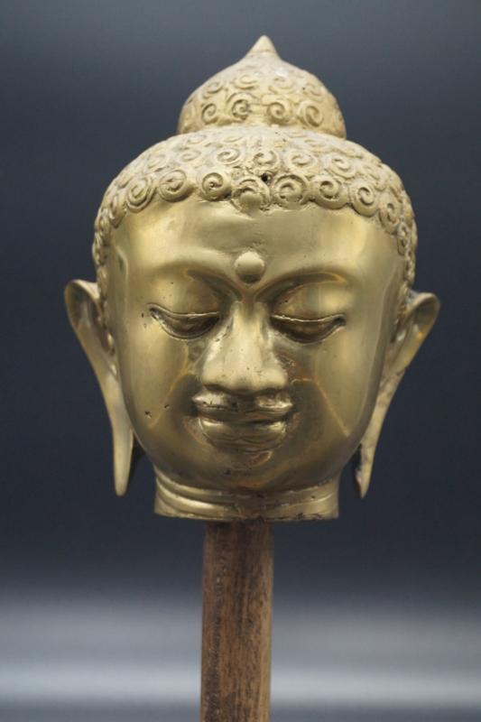 Antiek Boeddhahoofd op sokkel 34 cm hoog