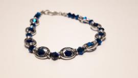 Zilveren armband met donker blauw metallic facet kralen