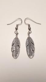 Zilveren oorhangers met veer