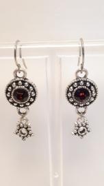 Zilveren oorbellen met donker rode accenten
