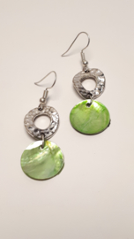 Zilveren oorbellen met groene schelp