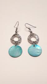 Zilveren oorbellen met blauwe schelp