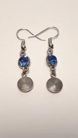Zilveren oorhangers met blauwe strass