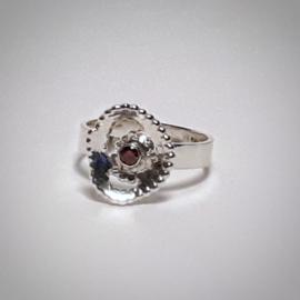 Zilveren ring met rode zirkonia