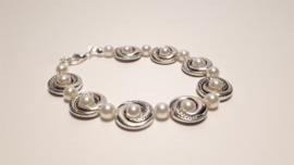 Zilveren armband met paarlemoer parels