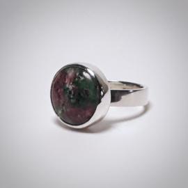 Zilveren ring met zoisiet-robijn steen