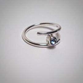 Zilveren ring met licht paarse zirkonia