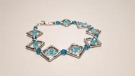 Zilveren armband met licht blauwe facetkralen