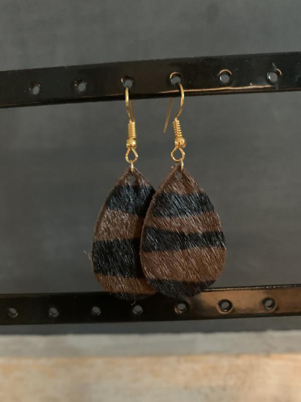 Oorbellen druppel vachtje bruin zwart