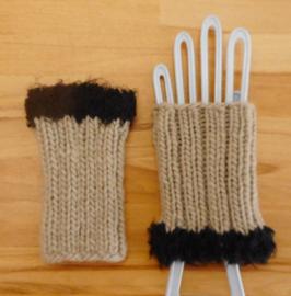 Hand -polswarmer  met een wollen sierrand