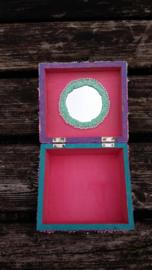kistje met spiegel versieren met foam clay en pearl clay