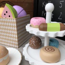Houten cakestandaard met taartjes JaBaDaBaDo