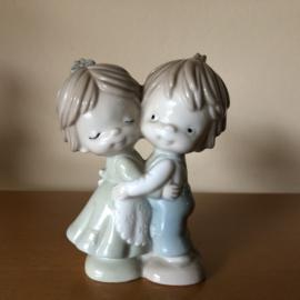 Vintage beeldje jongen en meisje