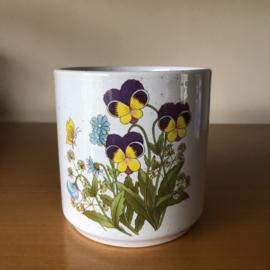 Vintage bloempot met viooltjes