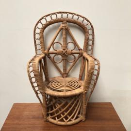 Kleine rieten stoel voor pop