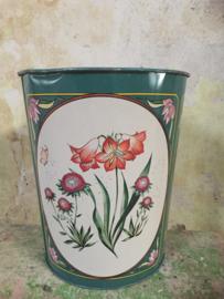 Vintage prullenbak met bloemen