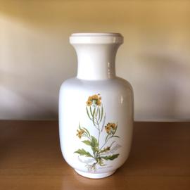 Witte vaas met gele bloemen