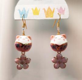 Roze gelukskatjes oorbellen met sakura bloesem