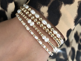 Armband Anna met real gold plated balletjes en witte ovale zoetwaterparels